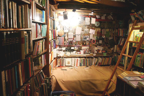 bed-in-shakespeare-bookstore-in-paris